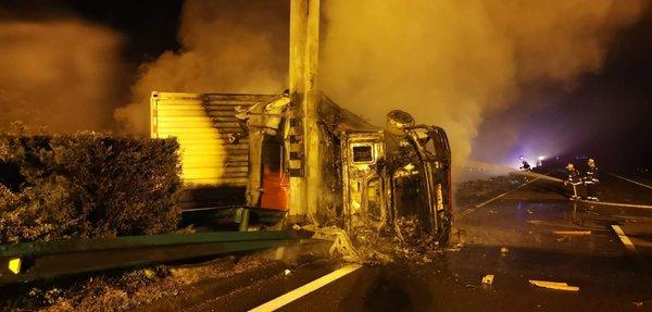 货车侧翻起火!警察刚救出司机车爆炸了