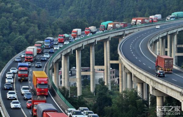 高速免费期间到处堵车,货车司机如何保证行车安全?