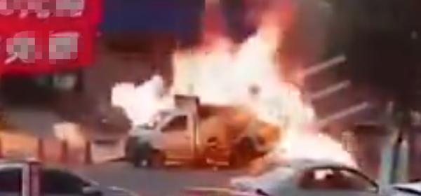 运输煤气罐货车当街爆炸周围多辆小车被损坏