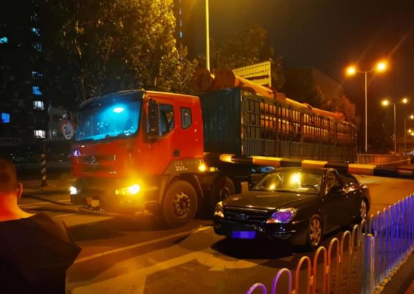 货车刮落限高杆砸中小轿车司机险丧命