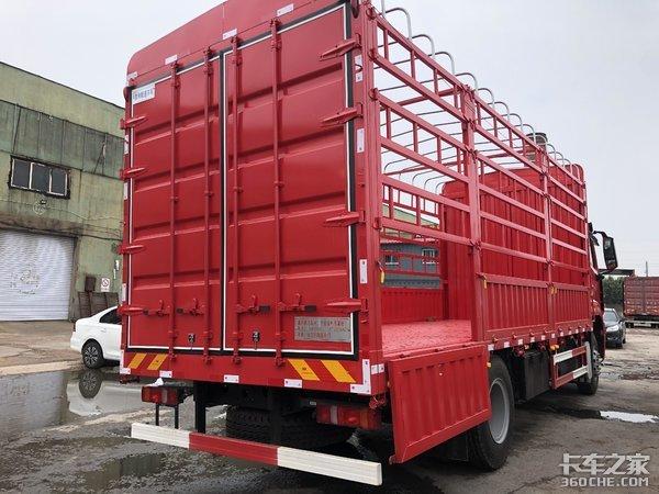 不只有双卧铺,还标配220V电源,实拍重汽豪瀚6米8载货车