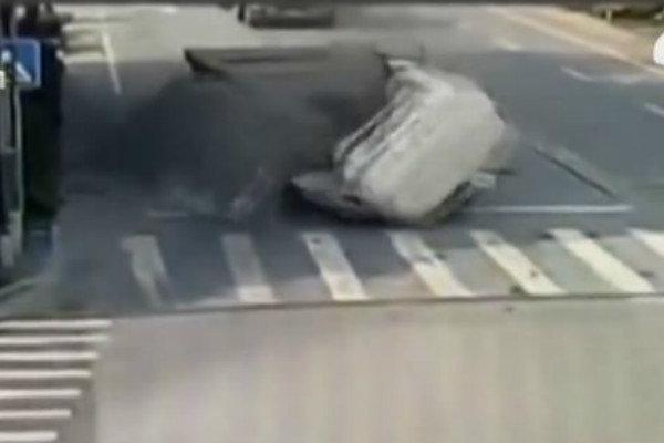 惊险!平板货车路口急刹车载钢板削平驾驶室