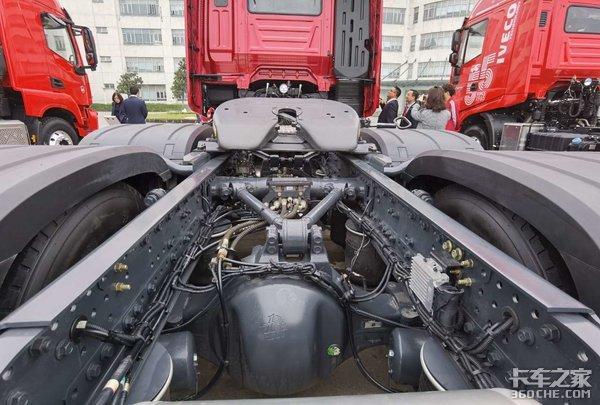 车市速看:帅!红岩全新造型国六牵引车