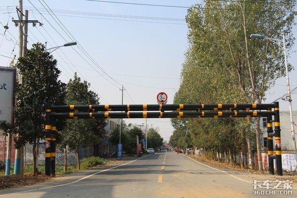 严重影响道路交通安全,夺命限高杆是时候取消了