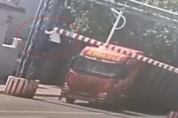 货车超高过不去男子当街'举起'限高杆网友:太吓人了