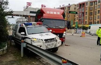 不服执法开车撞警车卡友们遇事要冷静