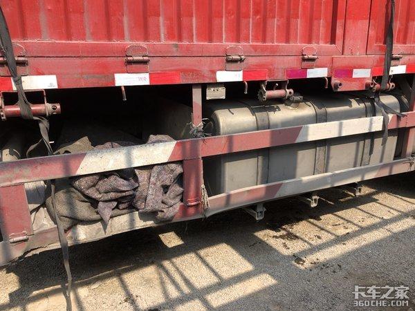 2年的陕汽X3000二手8X4载货车,车主卖27万为啥没人买