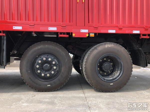 比8X4轻1.2吨,实拍三环8X2载货车,拉建筑物料回本更快
