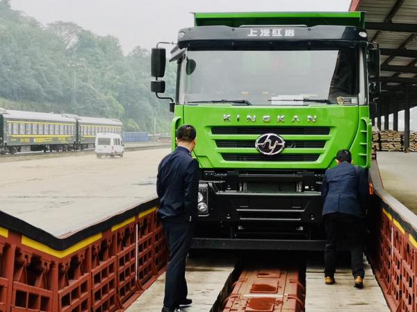 上汽红岩&中铁特货JNA1型车商用车运输首发