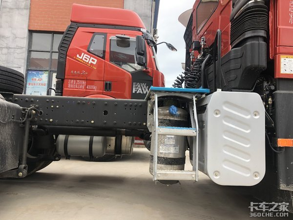 满足国家最新要求,实拍解放J6P质惠版危化品运输车