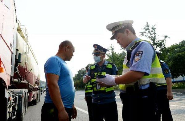 浙江超限一次即列入'黑名单'湖州市超6万辆货车被劝返
