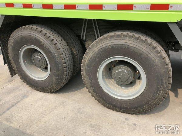 建筑运输好帮手实拍重汽豪沃8x4渣土车