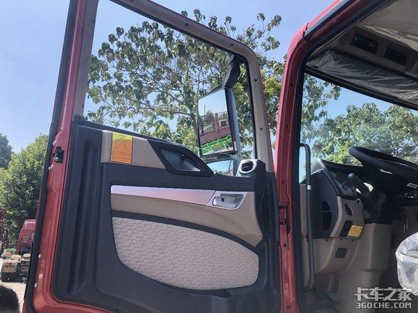 矮顶驾驶室配轻量化底盘,实拍重汽TX7砂石料运输牵引车