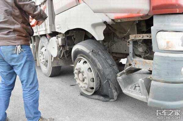 爆胎后轮圈接地轮圈损坏都是小事失去方向后让我直接撞上护栏