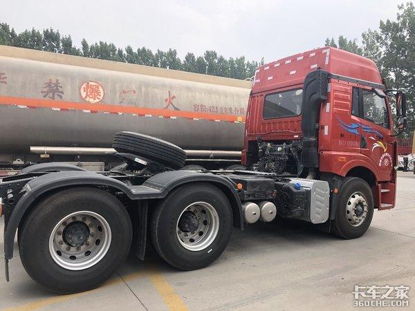 自重7.8吨,拉煤车首选,实拍解放悍V2.0牵引车