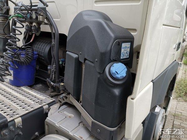 沃尔沃4X2牵引车配飞翼箱,这台快递车改装的不简单