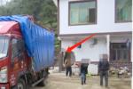 货车把民房撞出一个洞!房主索赔50万