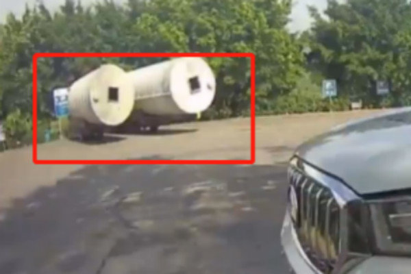 车长11.7米!2辆蓝牌轻卡非法改装被抓没想到更惊险的在后面