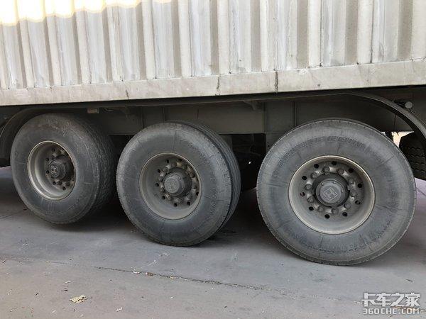 5轴货车秒变4轴,跑高速更省钱,这台半挂车有点东西