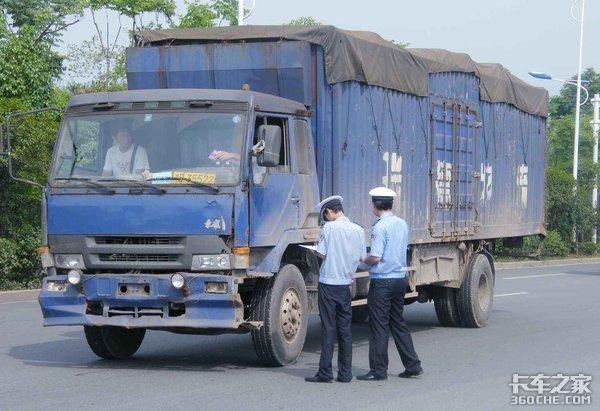 行人钻进大货车盲区负全责,交警这样的做法太公平了!