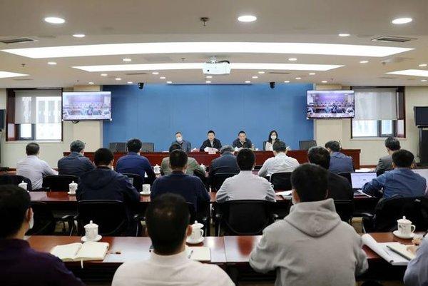 11月10日,交通运输部召开全国道路限高限宽设施和检查卡点专项整治工作视频会议
