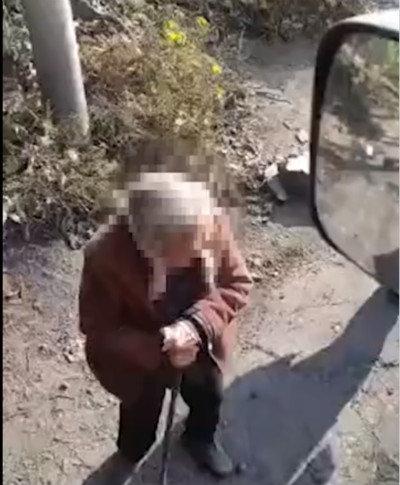 河南再现老人坐轮椅拦货车索要过路费!背后原因值得深思