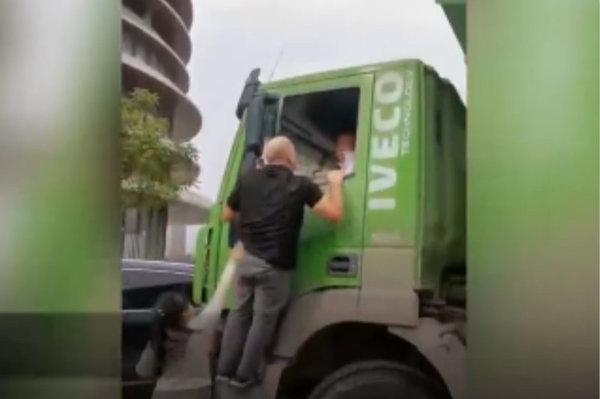 外籍男对大货车司机挥拳咆哮!这次无关辱华