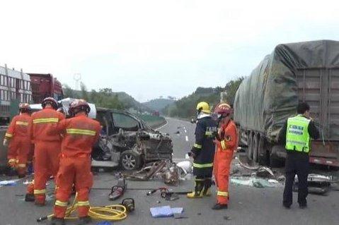致5死2伤!广西梧州一面包车追尾大货车目击者:太吓人了