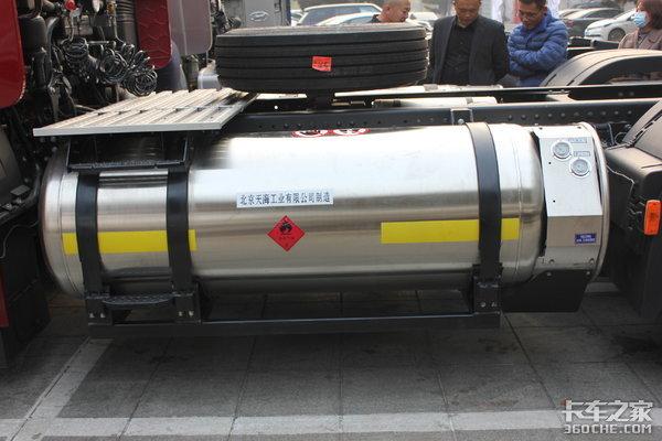 现代'创虎LNG牵引车'引燃营口双侧LNG储气罐装配为运输安全保驾护航
