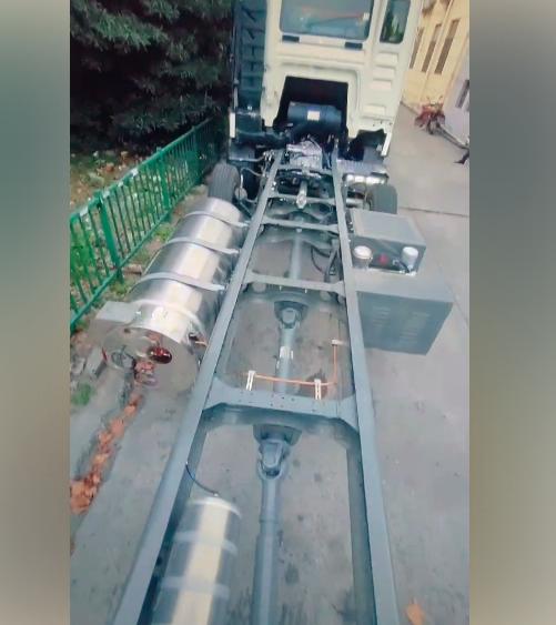 车市速看:降本增效的燃气小三桥豪沃TX9米6把气瓶放边上!