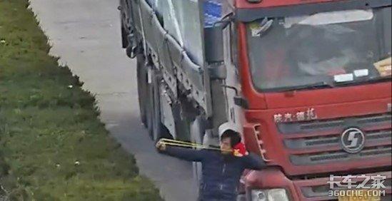 """挡号牌、抱交警大腿,货车司机为躲检查都有哪些""""迷之操作""""?"""