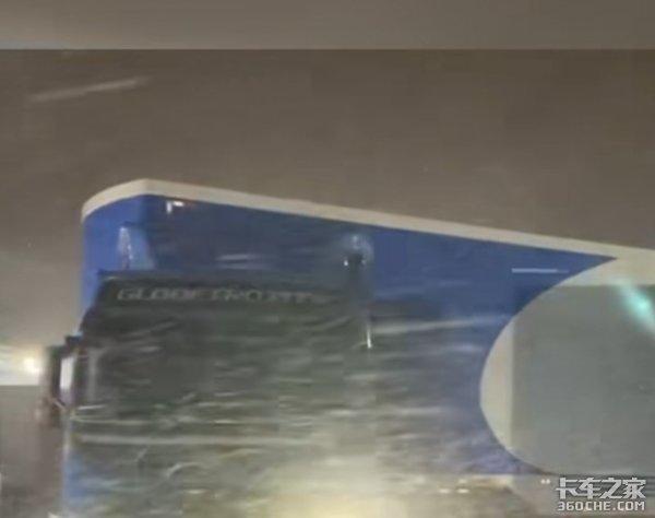 连发20条暴雪预警,卡车变冰雕,司机抽油取暖