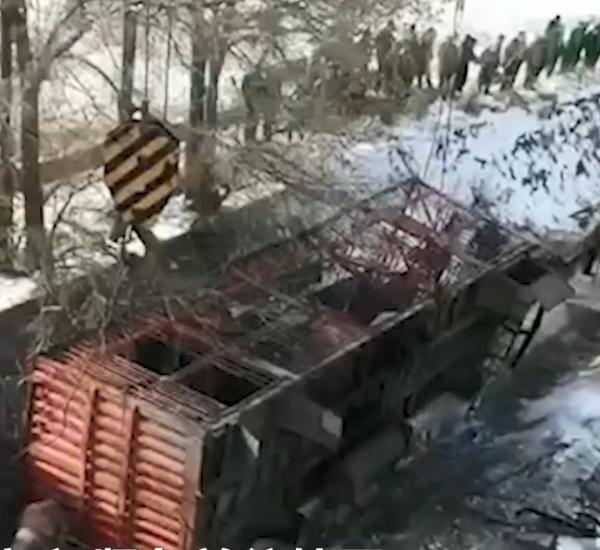 痛心!福银高速数辆货车相撞货物倾洒一地狼藉至少两人死亡