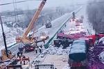 痛心!福银高速数辆货车相撞 货物倾洒一地狼藉 至少两人死亡