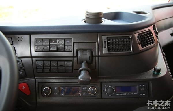 钢材、砂石料运输专用,跑烂路也不怕,实拍红岩杰狮M500重卡