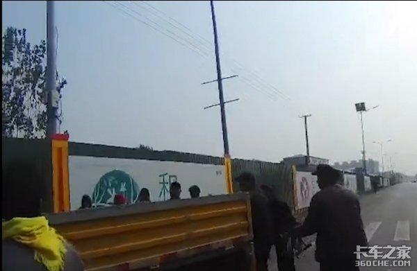 货车载人被查网友却求情?司机不能拿生命当儿戏