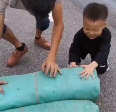 为喊一声爸爸四岁的他在天桥蹲守货车