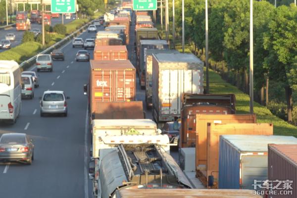 疫情大考下的物流人深港跨境卡车司机:每天15小时都在车上