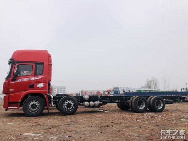 配可提升气囊桥,有效减少货损率,实拍陕汽X3000载货车