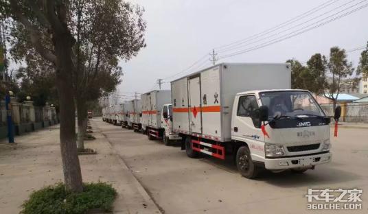 临近春节烟花爆竹运输车一定注意安全