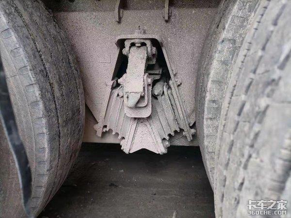 重汽豪瀚J7G散装水泥罐车挂车竟装配了少见的橡胶悬挂