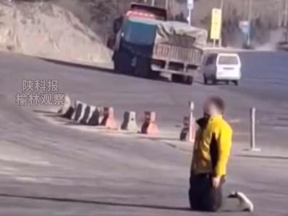 拉煤被拒 货车司机跪在陕西一煤矿门口