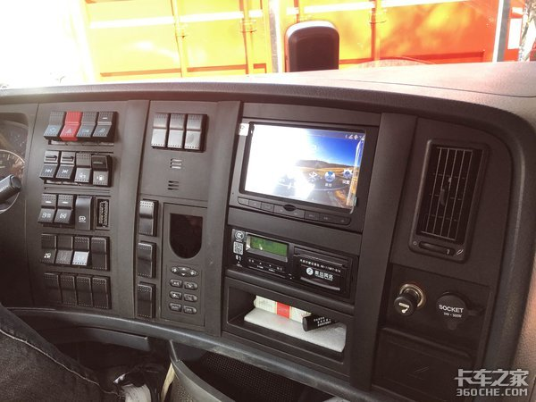自卸车的奢华版-HOWO T7H 8x4专用底盘