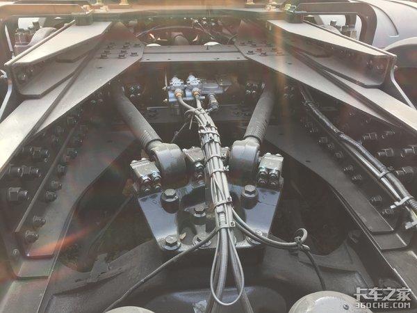 专注大件运输作业青岛解放JH6重载版牵引车实拍带轮边减速桥
