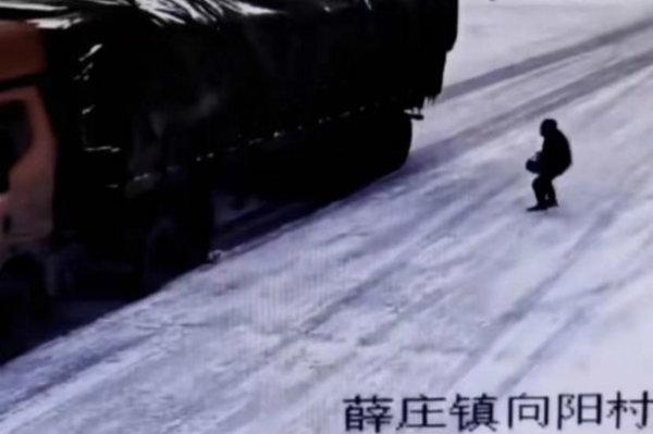 """寒潮下的温暖!大货车溜坡恐跌落深沟3位山东小伙搬24块石头""""救命"""""""