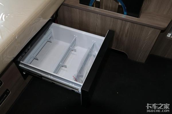 拥有7平米驾驶室面积1.4米超级卧铺青岛解放JH6+图解