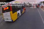 ��路�起火 13名公交司�C接力救援