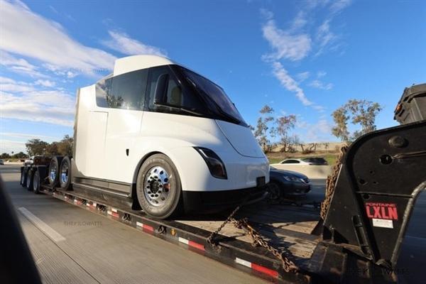 满载40吨续航将突破1000公里!特斯拉Semi卡车下半年将量产