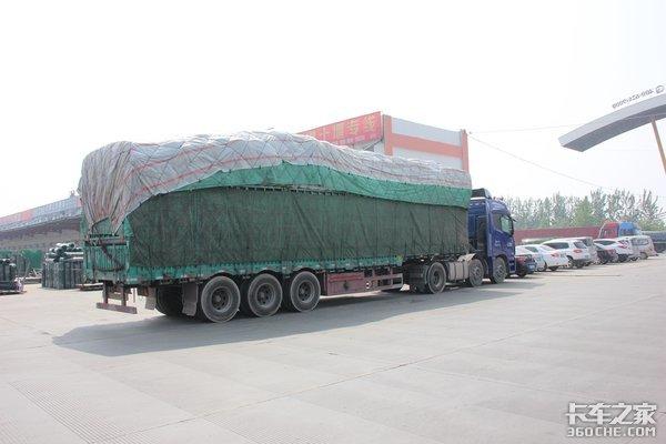 钻牛角尖!一捆篷布放货箱收费站认定混装货物