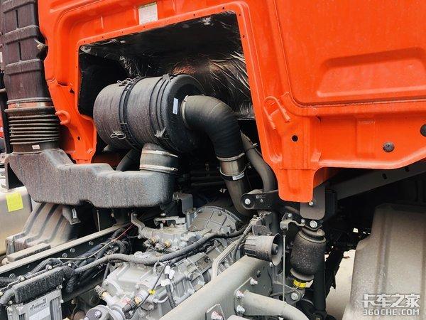 搭载潍柴220马力发动机汕德卡G56m8载货底盘